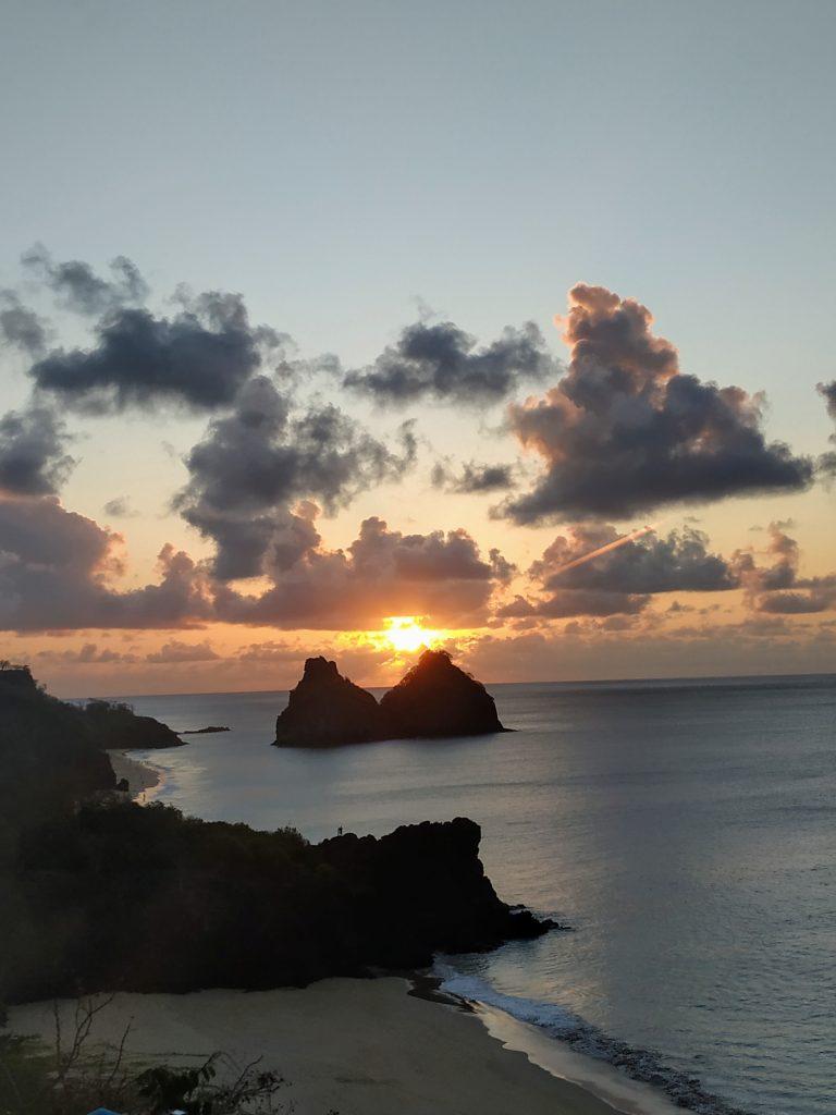 O lindo pôr do sol no Mirante do Boldró em Fernando de Noronha