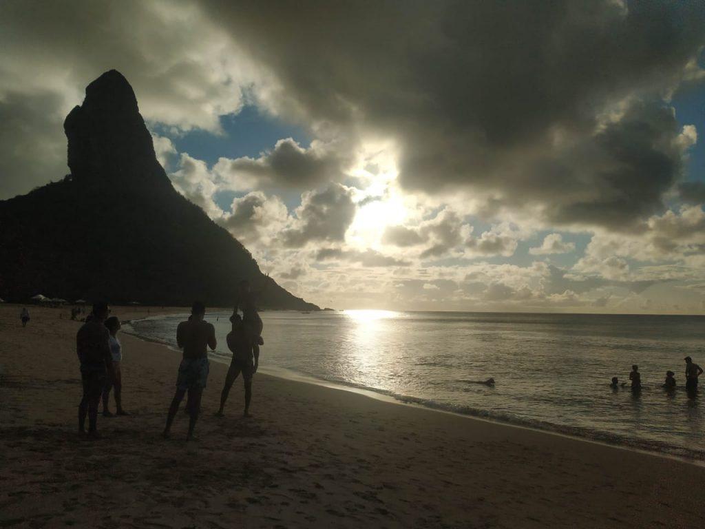 O entardecer na Praia da Conceição, entre o morro do pico e as nuvens