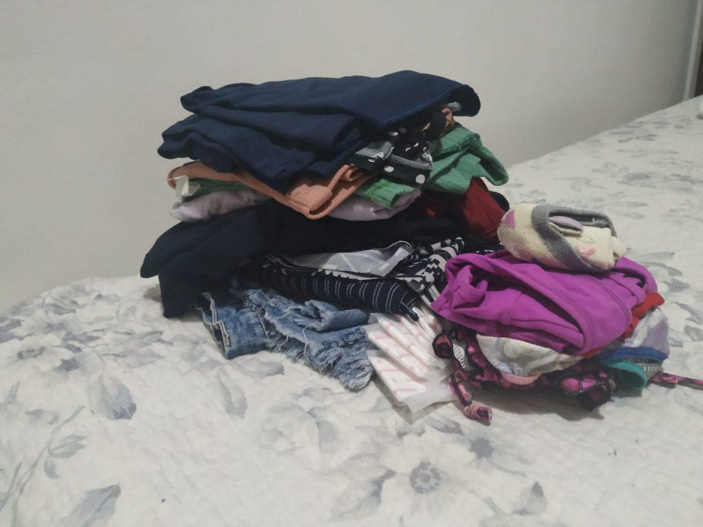 Separe suas roupas e organize-as em saco a vácuo e necssaires para ganhar espaço
