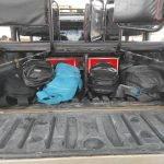 AS bagagens vão junto com os assentos na jardineira e também em cima do carro